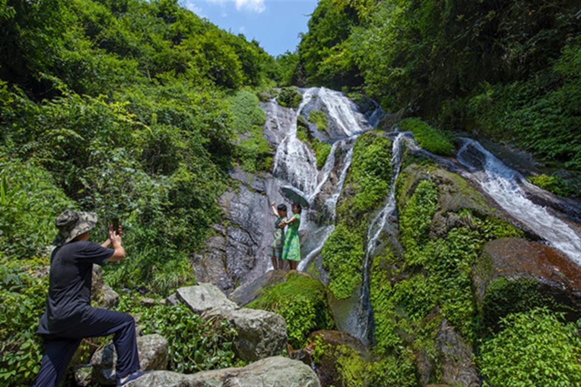 道县月岩瀑挂峭壁犹如山水画卷